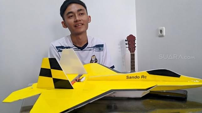 Sasando Pungky menunjukkan pesawat hasil karyanya. [Suara.com/Ari Purnomo Foto]