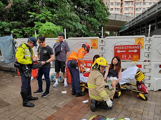 傷者在路旁接受治理。