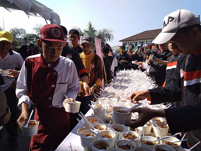 Visitors receive free bowls of 'tauge goreng' (stir friedbeansprouts) during a culinary festival on Wednesday.