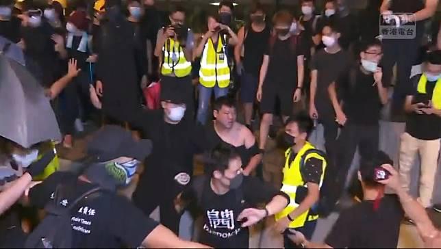 客貨車司機與示威者發生打鬥。香港電台截圖
