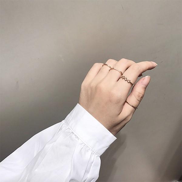 品牌:WARM WORLD 材質: 鍍K金 (黃金色)尺寸:如圖標示 可將戒指戴在適合的手指上簡單的幾何形狀 四件戒指隨意搭配在想戴的手指上每天的心情都很好✔ 現貨供應 1-2 日出貨#飾品 #戒指