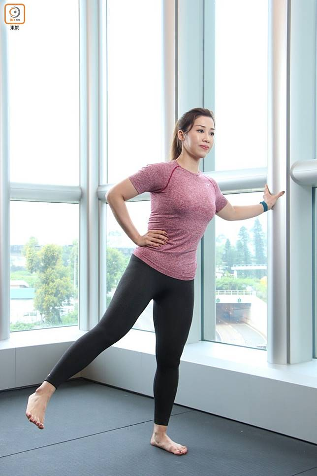 第一個動作會做Full Range,將右腳腳尖指前踢高至臀部高度,之後將腳完全放低但不可掂到地下。做10次。做的時候要保持上身挺直,不要坐低。要感覺內側肌肉用力,站立腳亦同樣用力。(張錦昌攝)