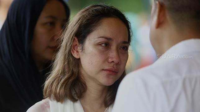 Bunga Citra Lestari menangis saat prosesi pemakaman Ashraf Sinclair di kompleks pemakaman San Diego Hills, Karawang, Jawa Barat, Selasa (18/2). [Suara.com/Angga Budhiyanto]