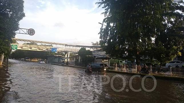 Sudah 12 Jam Lewat Jalan Perintis Kemerdekaan Masih Banjir
