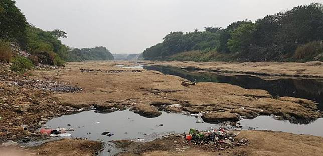 The dried out Cisadane river in this year's dry season, August 19, 2019. BMKG warns that drought threatens Jakarta and Banten. TEMPO/JONIANSYAH HARDJONO
