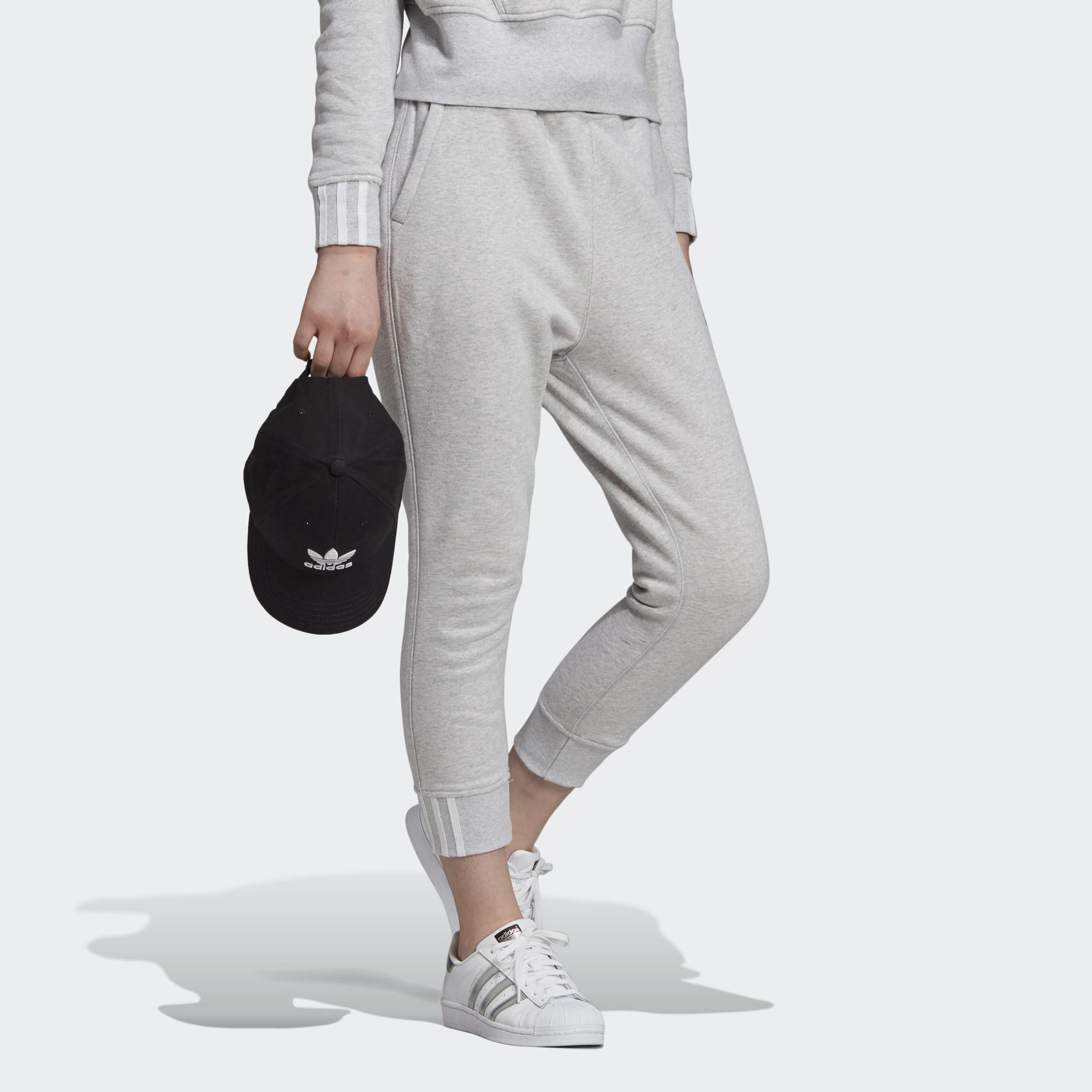 ADIDAS ORIGINALS 褲管寬鬆舒適的休閒版型 中腰設計 羅紋褲腳 100% 法國棉 兩側口袋;背面單口袋;可調式彈性腰頭設計 我們與瑞士良好棉花發展協會(Better Cotton Ini