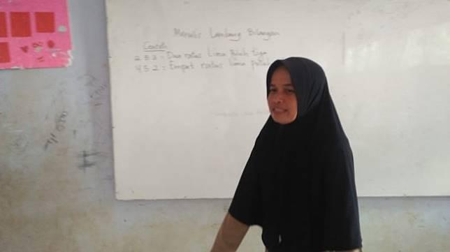 Nining (44) guru honorer yang tinggal di samping toilet SDN Karya Buana 3 (Suara.com/Yandhi)