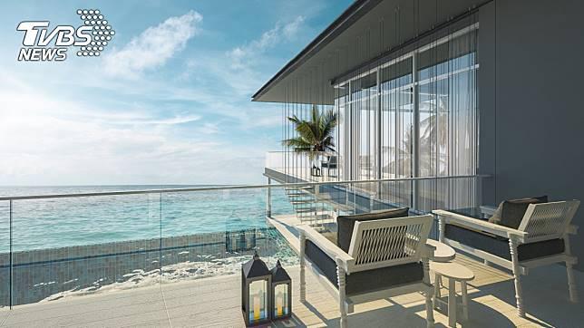情侶倆在陽台上欣賞海景。示意圖/TVBS