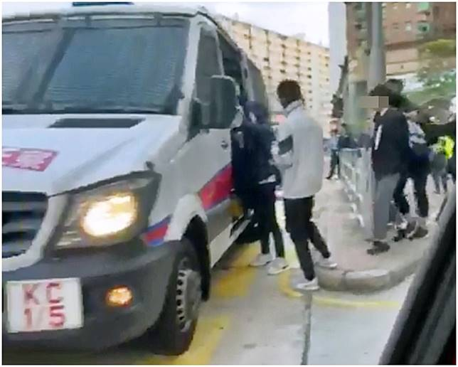 被捕男女後被帶上警車。 香港人連儂牆FB圖