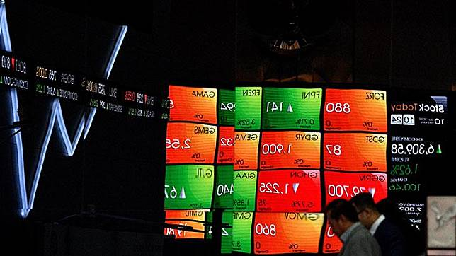 Karyawan melintas di depan layar pergerakan IHSG, Bursa Efek Indonesia, Jakarta, Senin, 10 Juni 2019. Pasca libur Lebaran, perdagangan IHSG dibuka menguat 90,91 poin atau 1,4 persen ke 6.300,036, sementara pada sore harinya IHSG diutup di level 6.289,61. ANTARA/Sigid Kurniawan