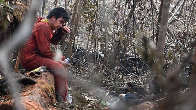 Personel regu pengendalian kebakaran hutan dan lahan beristirahat seusai memadamkan salah satu titik api yang membakar lahan hutan Taman Nasional (TN) Sebangau di Palangka Raya, Kalimantan Tengah, Jumat, 20 September 2019. ANTARA