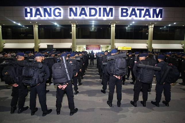 Hundreds of Riau Islands Police personnel prepare to depart from Hang Nadim Airport in Batam on Friday night to Jakarta to help secure the capital on Wednesday, when the  general election results will be announced.