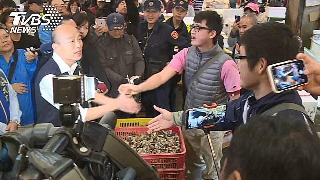 高雄市長韓國瑜清晨前往前鎮漁市視察。(圖/TVBS)