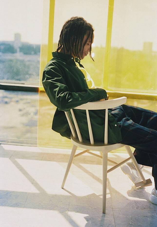 餐椅其中一隻椅腳加入門擋點綴 ,創造出「打亂了」的感覺。 (互聯網)