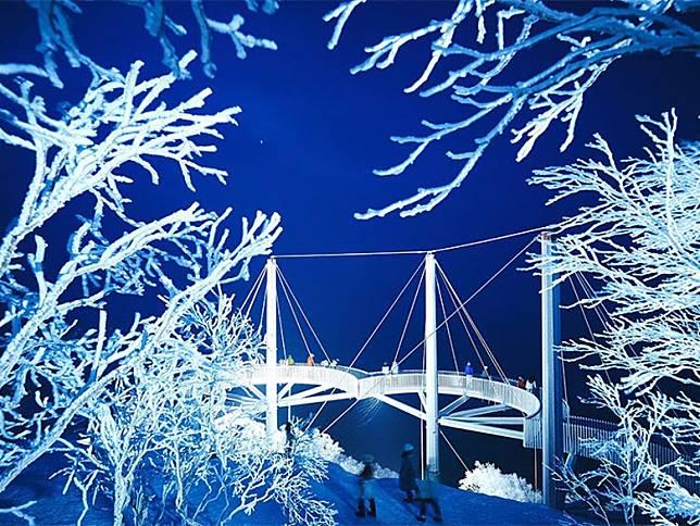 霧冰平台到了晚上,還會舉行夜間霧冰點燈的活動。(互聯網)