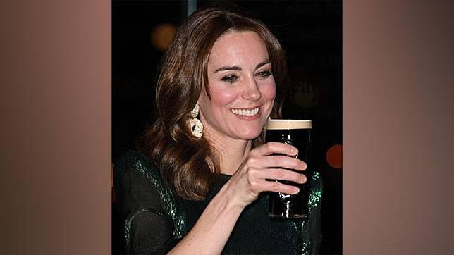 Kate Middleton, Duchess of Cambridge, mengangkat segelas bir dalam sebuah resepsi di Guinness Storehouse di Dublin, Irlandia, Selasa malam, 3 Maret 2020. Kate dan suaminya, Pangeran William tengah melakukan kunjungan ke Irlandia. James Whatling/Pool via REUTERS