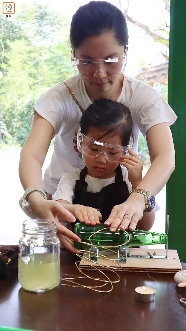璃飾品製作看似簡單,着實不易,親子一起做就最適合。(劉達衡攝)
