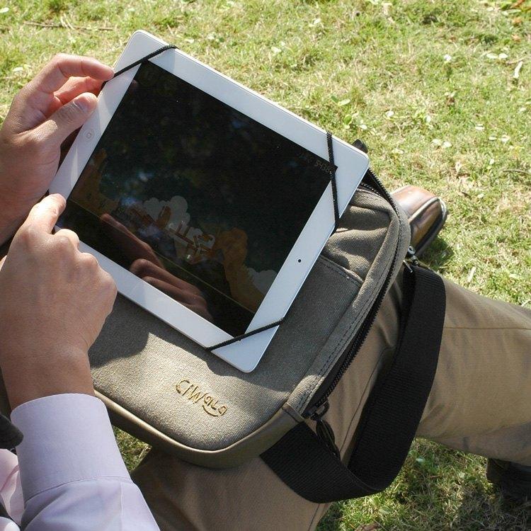貼心的設計 手持使用時,將調節繩末端餘繩,套於手腕處,可當 「手腕帶」使用,確保平板電腦意外掉落,安全更有保障!前置袋口與內袋內裡,皆採用柔軟超細纖維材質,可保護、攜帶平板電腦、充電器、耳機和行動電源