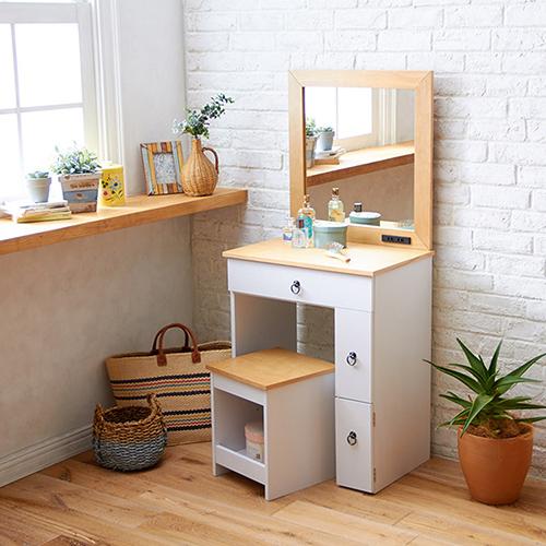 ◆ 日本同步古木調家具;◆ 松木貼皮+白色木紋強化紙高質感;◆ 書桌+化妝桌=一物多用省空間;◆ 大理容鏡+電線插座當成化妝桌超適合