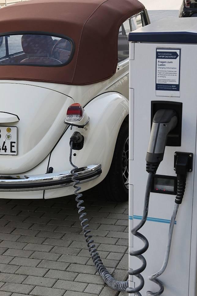 充電位隱藏在右尾燈下,據廠方表示,充電約1小時,所儲的電量足以供其行走逾150km。(互聯網)