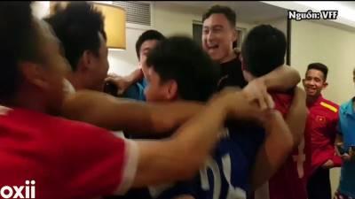 CLIP: Khoảnh khắc cầu thủ tuyển Việt Nam vỡ òa khi giành vé đi tiếp tại Asian Cup