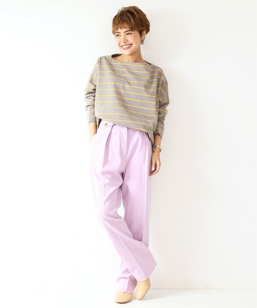 帆船領淡灰色細橫條紋上衣搭配鮮紫色打摺褲