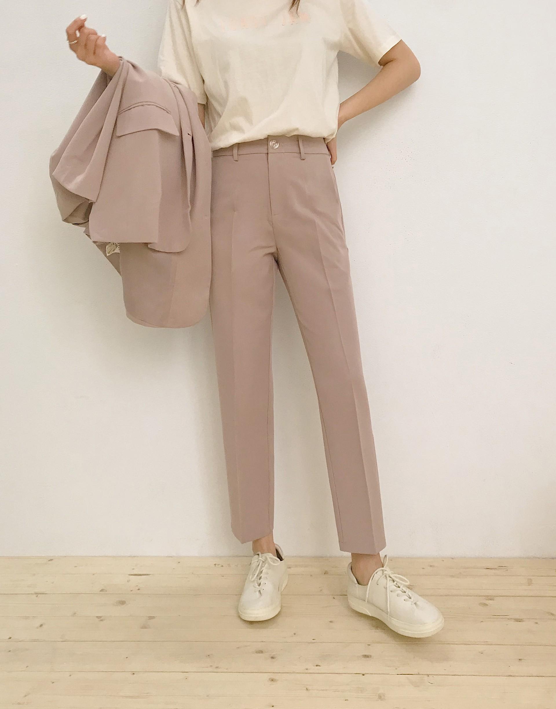 舒適質感面料/修身褶線造型/後腰頭鬆緊數計/兩側皆有口袋/後面假口袋裝飾