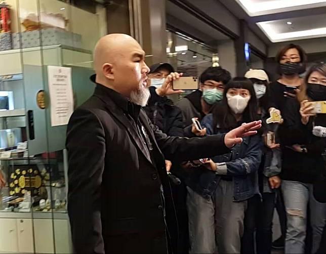 辛龍舉手向媒體致謝。記者李姿瑩/攝影