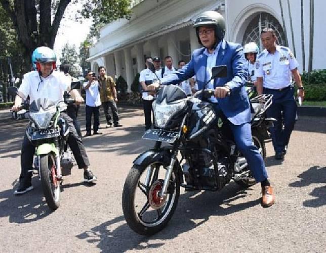 Gubernur Jawa Barat Ridwan Kamil menjajal motor listrik SDR di Bandung, Rabu, 3 Juli 2019. (Dok.Humas Pemprov Jabar)