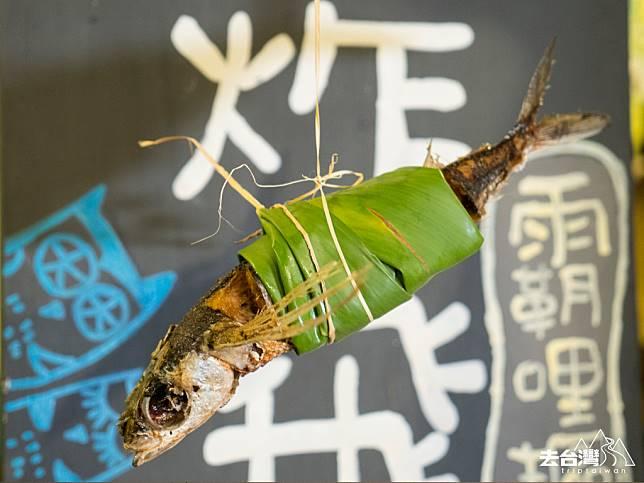 如果想買個炸飛魚當宵夜,炸好的飛魚會用葉子包好,用草綁好。