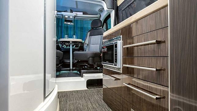 以玻璃纖維材質所呈現的豪華露營車─Gala RV Montecarlo FB21