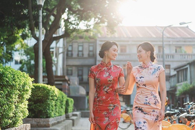 穿著古典優雅的中式旗袍在大稻埕散步,由專業攝影師為當日迷人的你留下美好的紀錄,儲存當下動人的時光,那低調內斂的氣質風味如同陳釀老酒般, 微醺的香氣可以留存很久很久