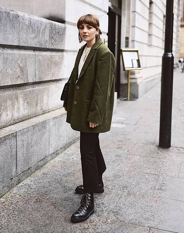 搭配西裝:中性的西裝是女生必備Item,不想穿出太正裝和老氣的感覺,不妨搭配運動感的行山鞋,穿起來更有帥氣。(互聯網)