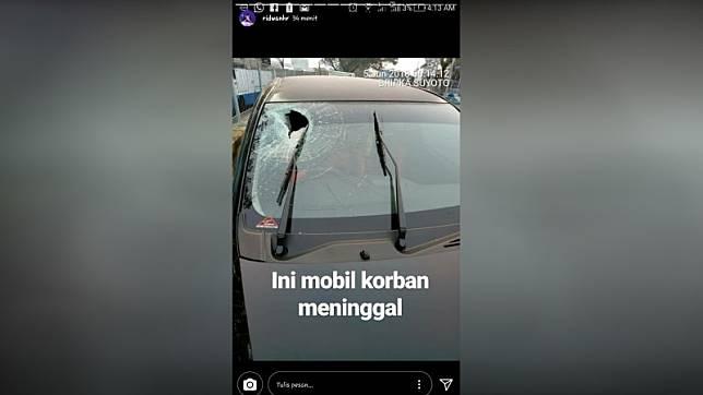 Mobil yang dilempar batu di jalan tol. (Foto: Instagram story @ridwanhr)
