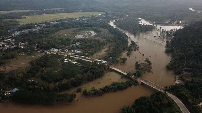 Foto udara kondisi banjir di Sungai Konaweha dan jembatan Ameroro yang menjadi penghubung jalan Trans Sulawasi antara Sulawesi Tenggara-Sulawasi Selatan yang rusak akibat banjir di Kecamatan Uepai, Konawe, Sulawesi Tenggara, Minggu (16/6). ANTARA FOTO/Jojon