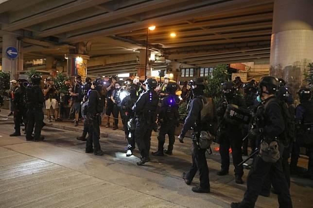 警方晚上在鵝頸橋驅散示威者。(袁志豪攝)