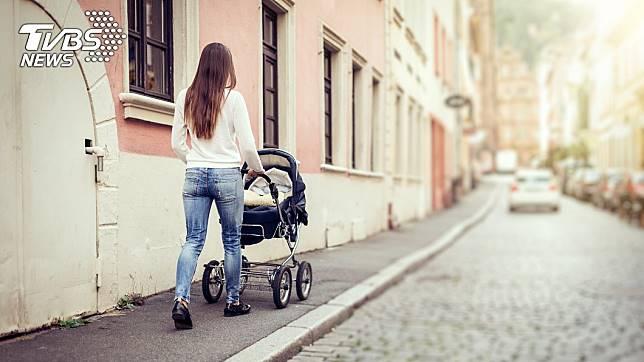 當時一名母親推著嬰兒車經過公寓。示意圖/TVBS