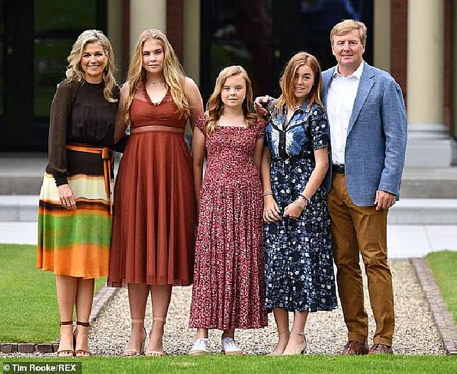 Raja Willem-Alexander dan Ratu Maxima bersama anak-anak Putri Amalia, Putri Alexia, dan Putri Ariane saat pemotretan musim panas keluarga kerajaan di Istana Huis ten Bosch, Den Haag, Belanda pada 19 Juli 2019.[REX/Daily Mail]