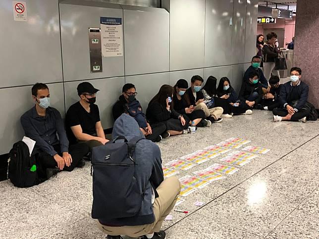 銅鑼灣地鐵站近E岀口有市民帶口罩靜坐。(歐仲雯攝)
