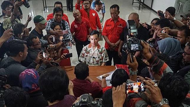 Gibran Rakabuming Raka bersiap menyerahkan berkas pendaftaran anggota PDI Perjuangan di kantor DPC PDI Perjuangan, Solo, Jawa Tengah, Senin, 23 September 2019. ANTARA/Mohammad Ayudha