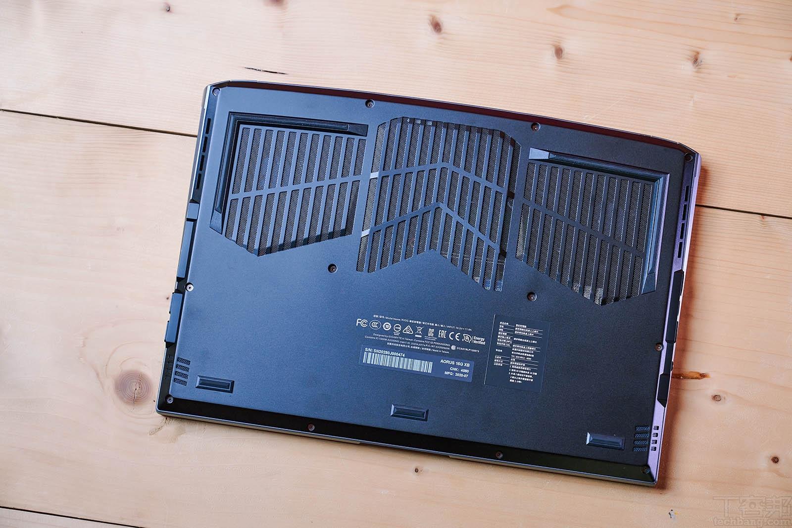 在機身底部可見具備三個大型的散熱進風孔,另外靠近筆電前端的左右側,則有立體聲揚聲器。