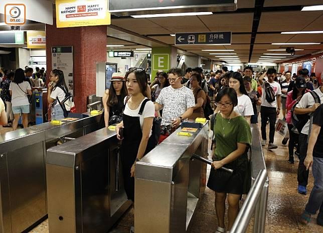 港鐵本月30日起加價3.3%,同時推出八達通車費扣減優惠。
