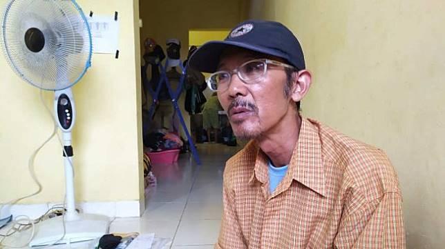Agustinus Hendar Wilantoro pengemudi gojek yang alami sial beruntun saat ditemui di rumah kontrakannya pada Senin (14/10/2019). [Suara.com/Supriyadi]