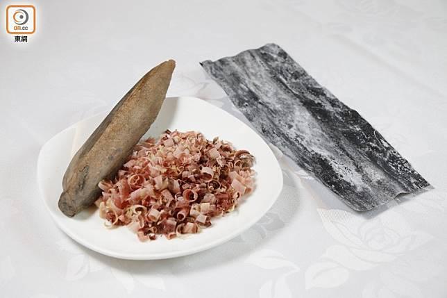 木魚和昆布煲成湯汁後才放入煲內,下米煮飯。(郭凱敏攝)