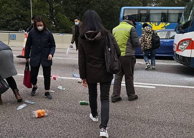 有市民落車協助清理路面雜物。
