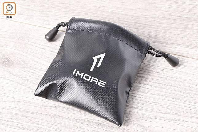 備有便攜袋,帶出街聽歌時更方便。(郭凱敏攝)
