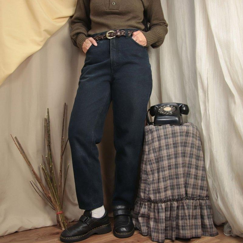 ●商品敘述: 鈕釦拉鍊式,共兩個側口袋右側有一小袋及兩個後口袋,後方皮標有歲月痕跡,左褲管處有汙漬