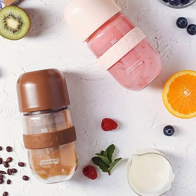 日本家電品牌推出了一款多功能咖啡豆豆果汁杯,有粉紅色和啡色。(互聯網)