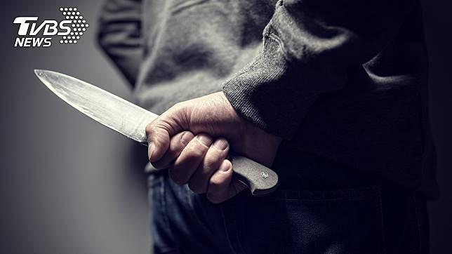 1名高三男生因向心儀的女同學告白遭拒,竟持刀闖入宿舍把對方殺死。(示意圖/TVBS)