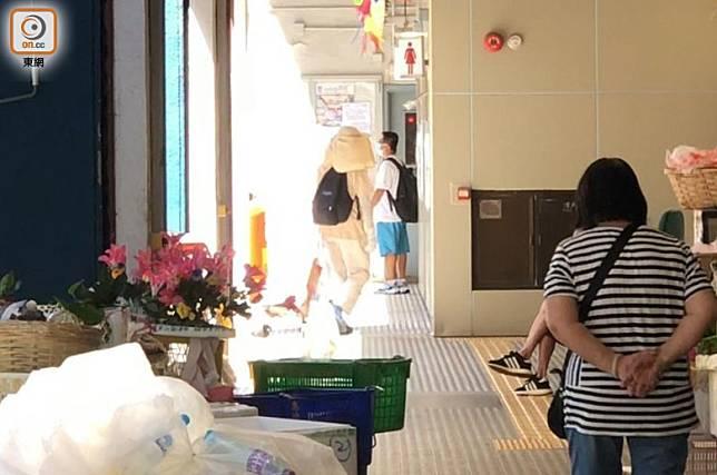 10時20分左右,進入彩虹道街市女廁逾半小時後才步出返辦公室。